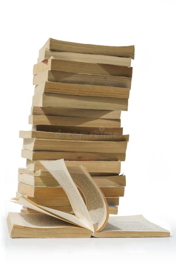 böcker isolerade den gammala stapeln arkivbilder