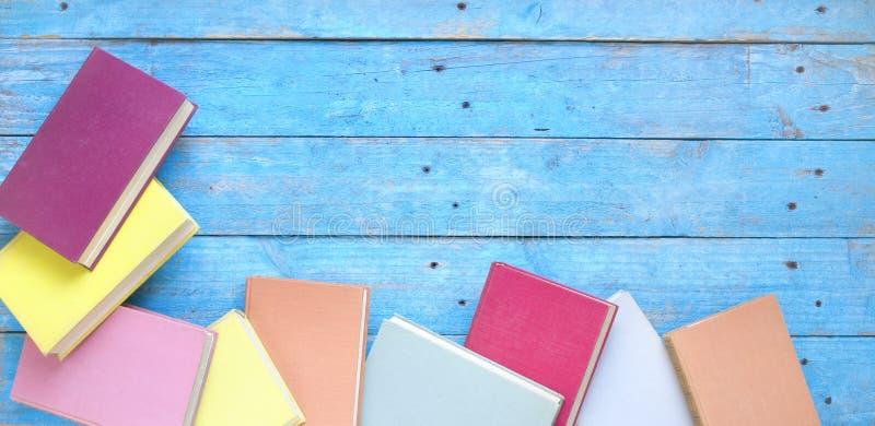 Böcker lägger framlänges, läsning, utbildning, utrymme för fri kopia för litteraturdesignmall royaltyfri fotografi