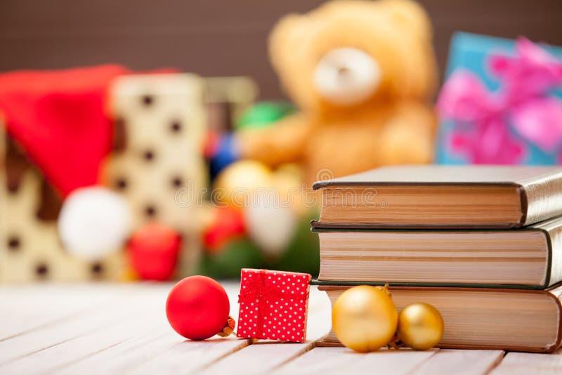 Böcker med julgåvor arkivfoton