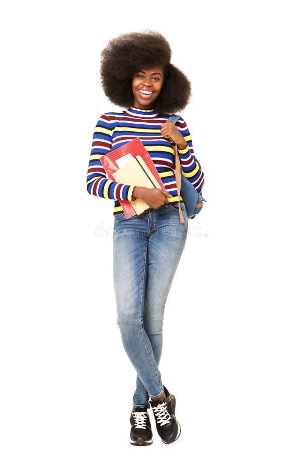 Böcker och påse för kvinnlig student för afrikansk amerikan för full kropp lyckliga arkivbild