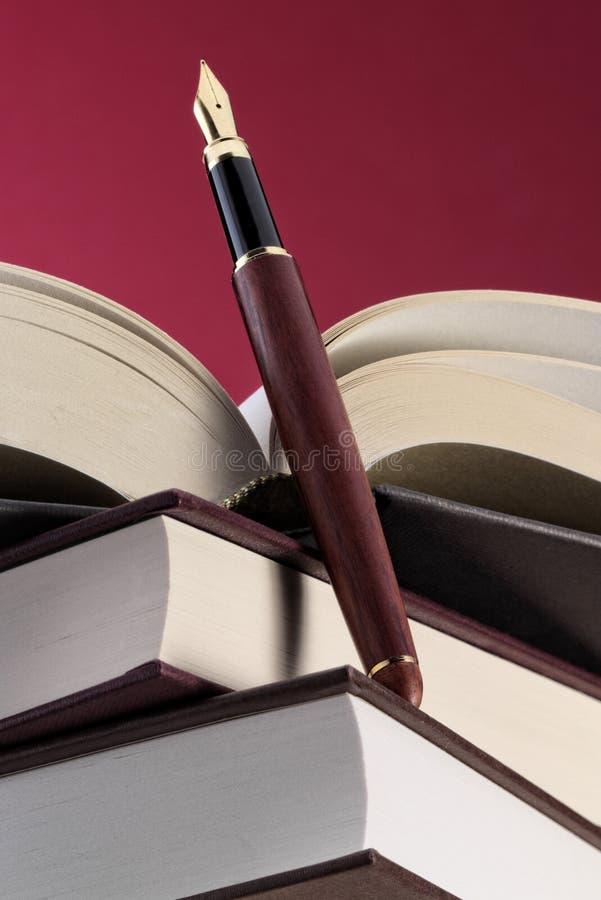 Böcker och reservoarpenna royaltyfri bild