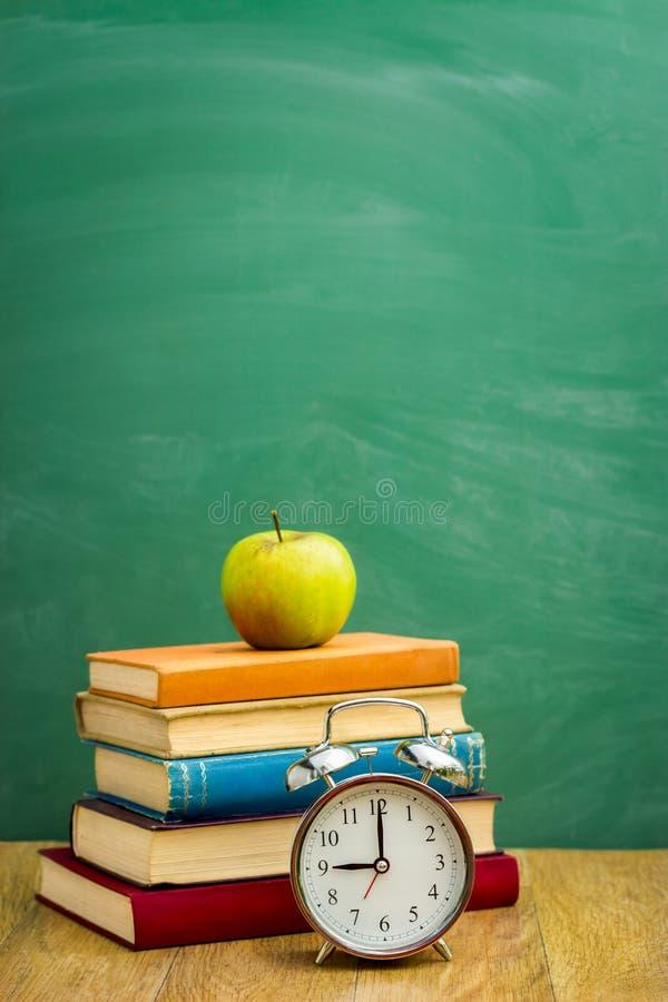 Böcker på bakgrunden av skolförvaltningen fotografering för bildbyråer