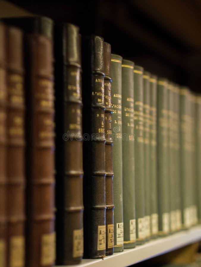 Böcker på en hylla arkivfoto
