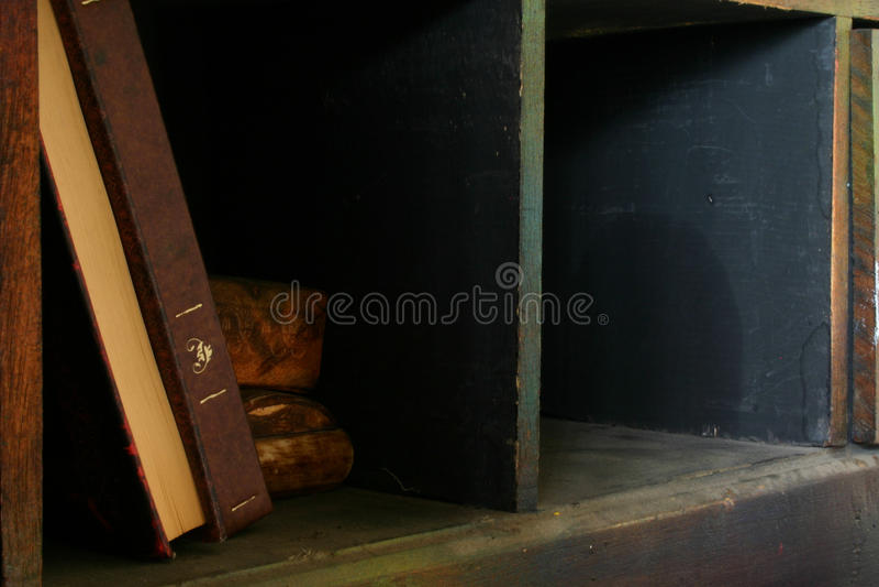 Böcker på en hylla arkivbild