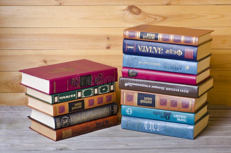 Böcker på en trähylla arkivbild