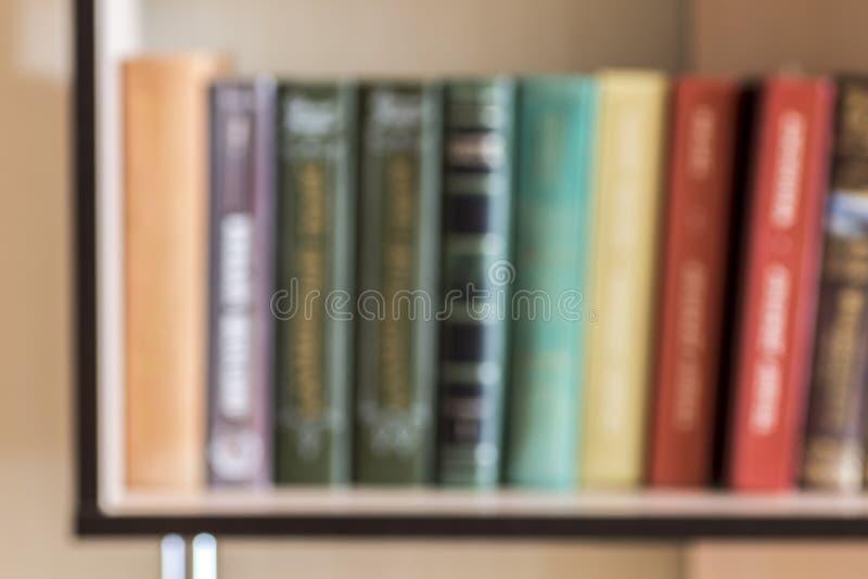 Böcker på hyllan arkivfoto
