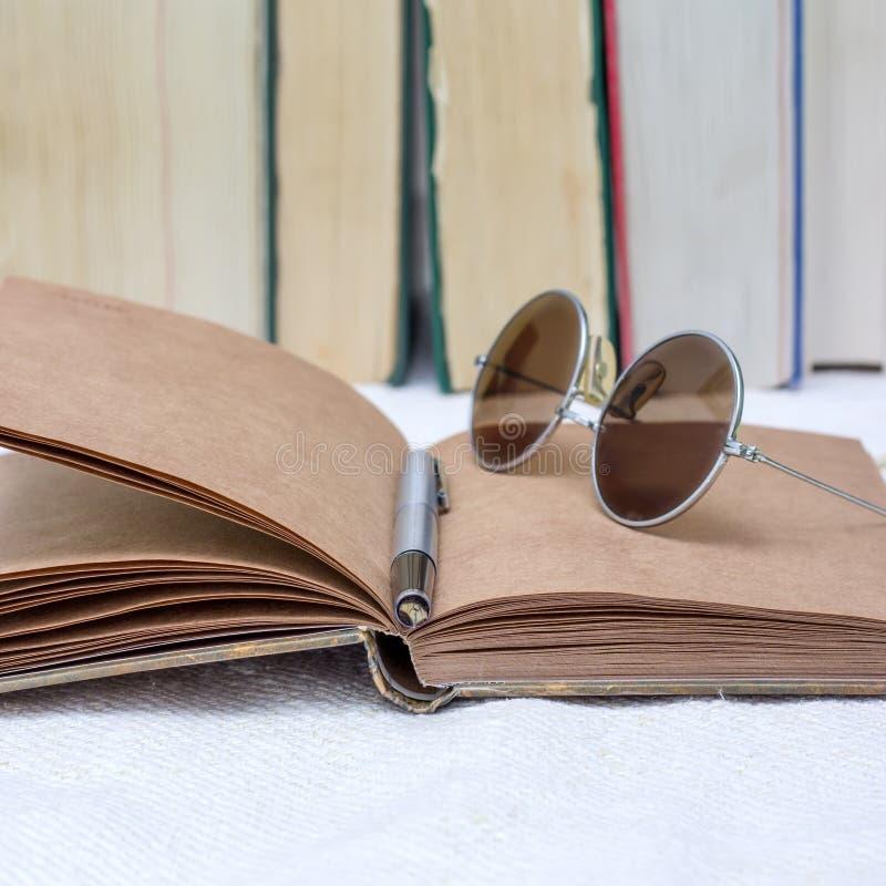 Böcker på tabellen arkivfoton