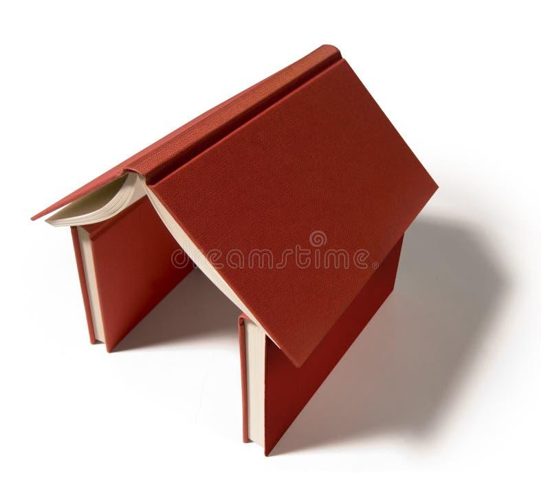 Böcker som bildar ett rött hus arkivfoton