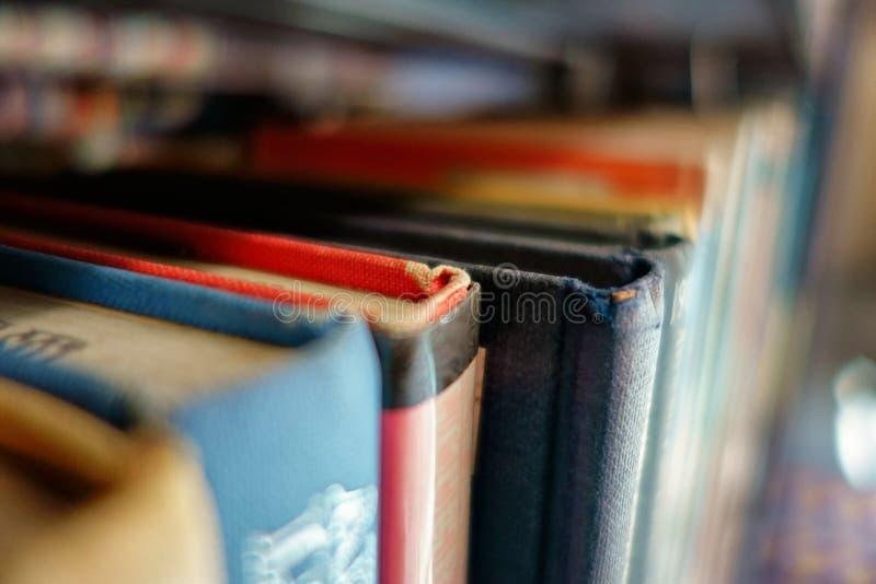 Böcker som sitter på en hylla i ett arkiv royaltyfri bild