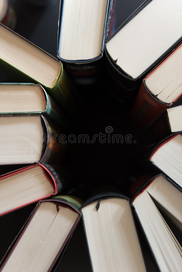 Böcker som tillbaka förläggas till baksida i en cirkel fotografering för bildbyråer