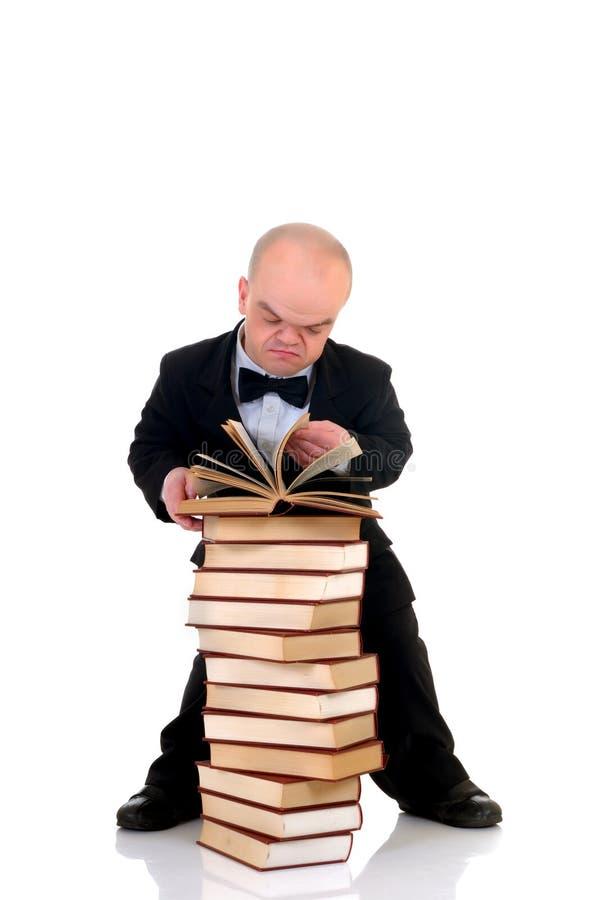 böcker ställa i skuggan den små mannen arkivfoto