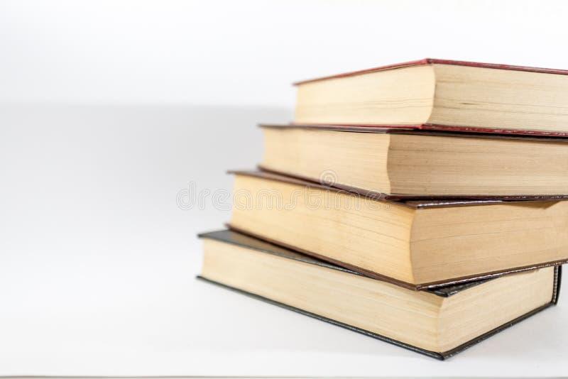 böcker stänger sig staplar upp royaltyfri fotografi