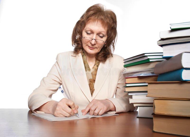 böcker till kvinnan skriver writing royaltyfria foton
