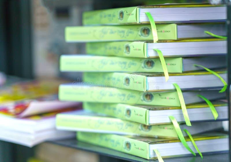 Böckerna i arkiv är ordnade i trappa som symboliserar jämnt kunskapsfolk royaltyfria foton
