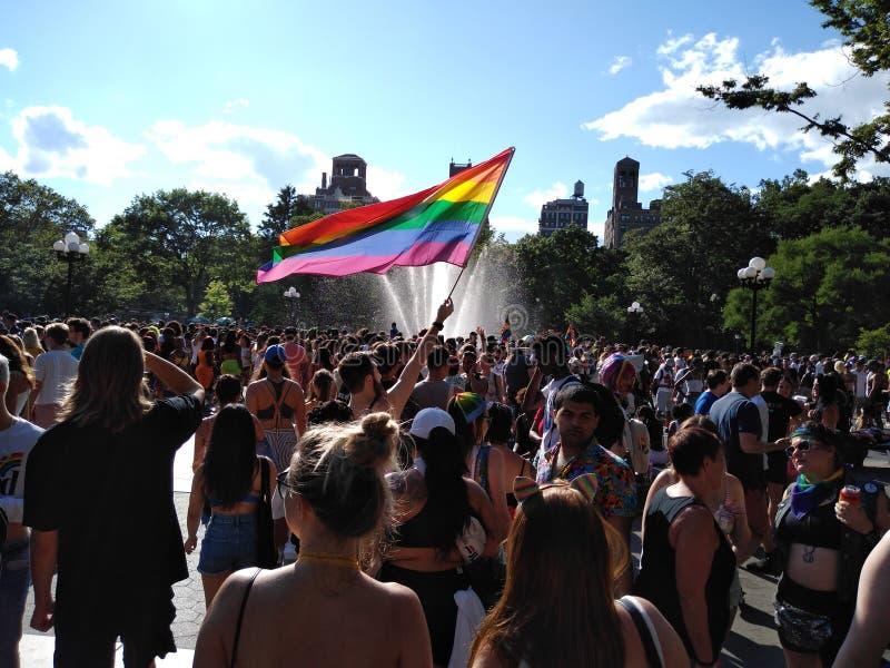 Bög Pride Flag, NYC Pride Parade 2019, WorldPride, världsstolthet, Greenwich by, Washington Square Park, NYC, NY, USA royaltyfria bilder