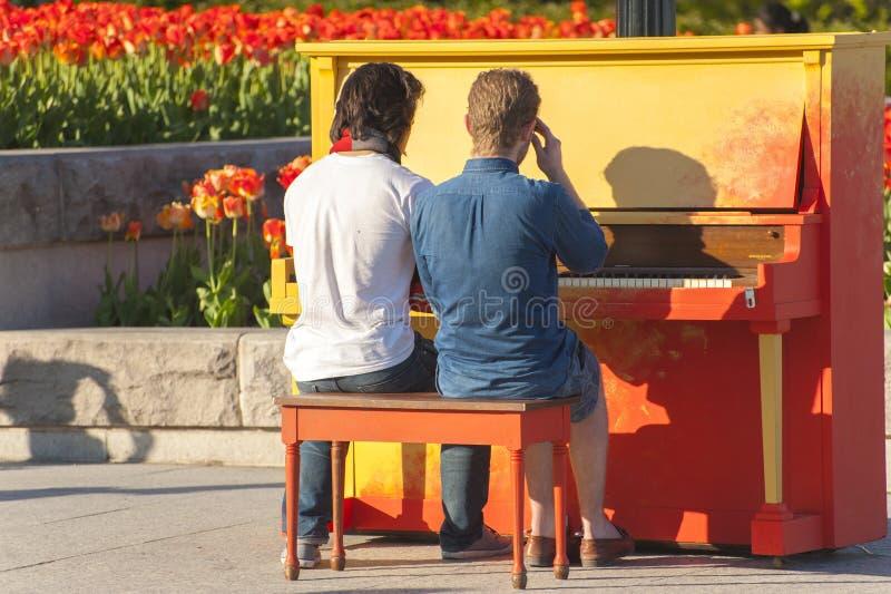 2 bögar som spelar pianot arkivfoto