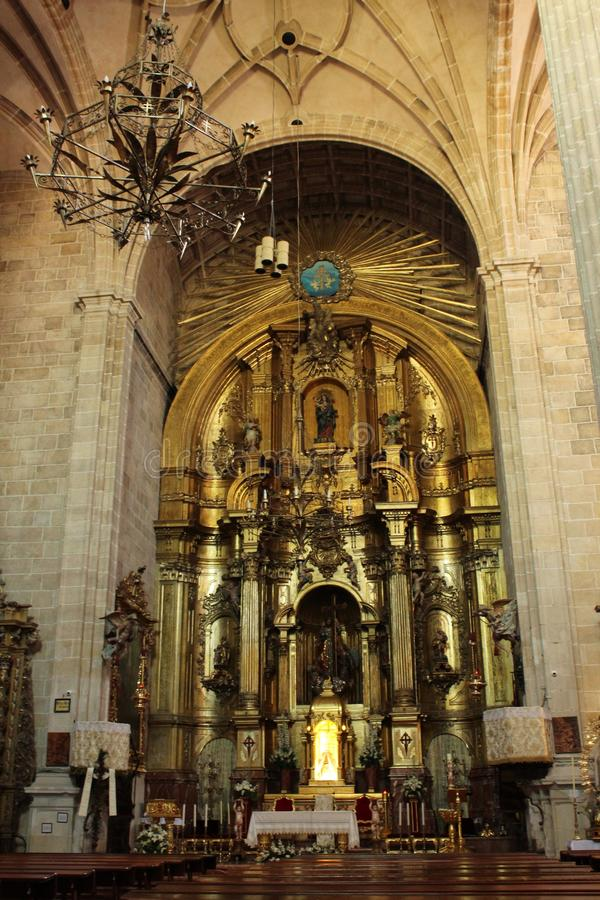 Bögen, Hauptaltar und monumentale Spalten der Kirche von El Salvador in Caravaca de la Cruz, Murcia lizenzfreie stockfotografie
