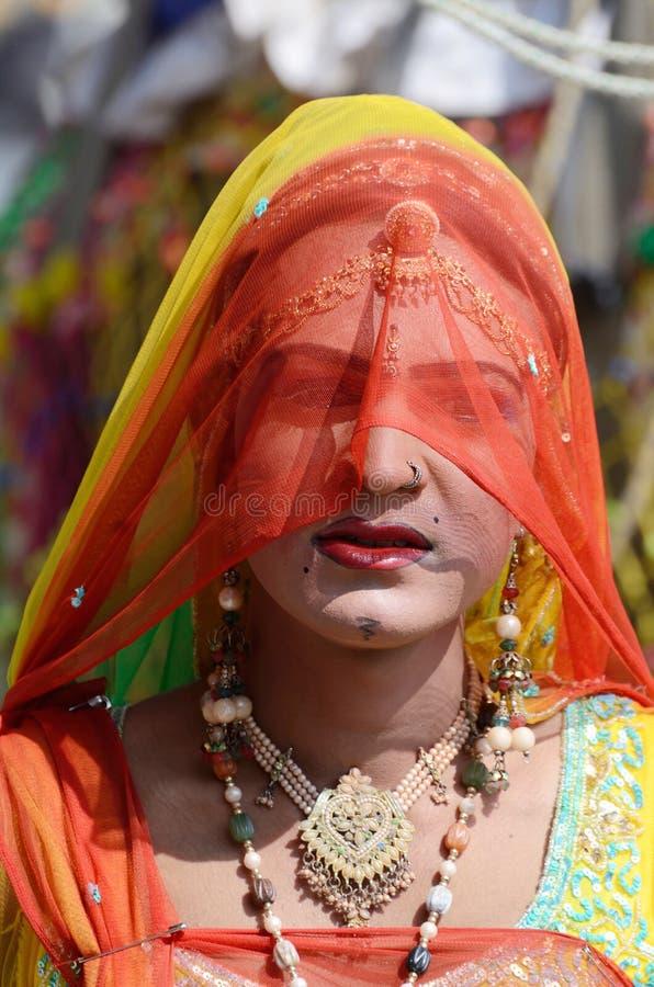 Bögen (hijra) klädde som kvinna på den Pushkar kamelmässan, Indien royaltyfria foton