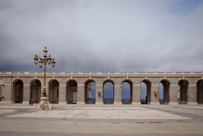 B?gen am Quadrat von Plaza de la Armeria am bew?lkten Tag Madrid, Spanien stockbild