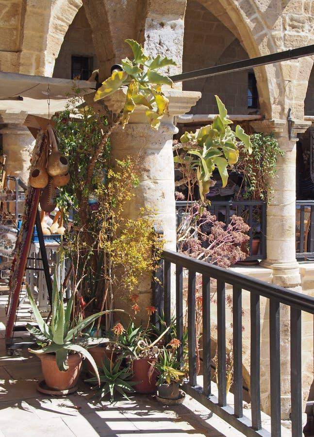Bögen und Balkone im Buyuk Han in Nikosia ein historisches caravansarai im Osmanischen Reich und jetzt in einem Einkaufscafé erri stockfoto