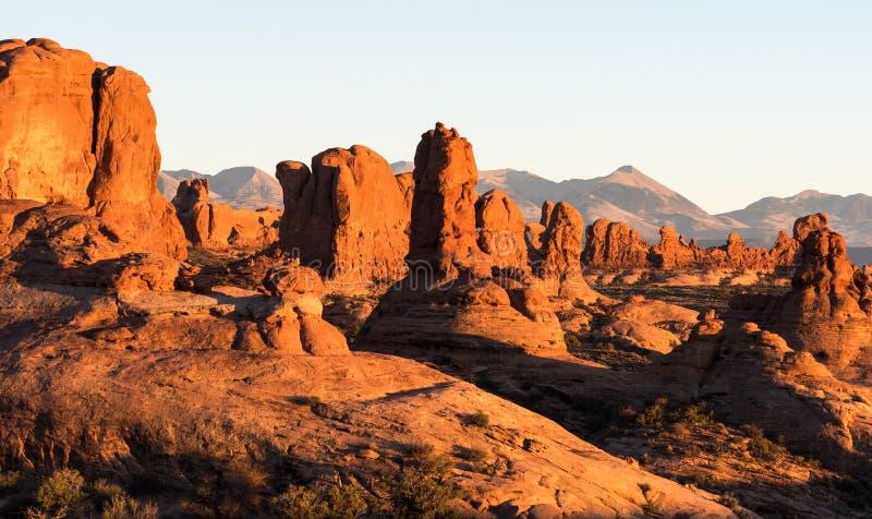 Bögen und Monolithe sind ein Teil des Bogen-Nationalparks Utah stockfoto