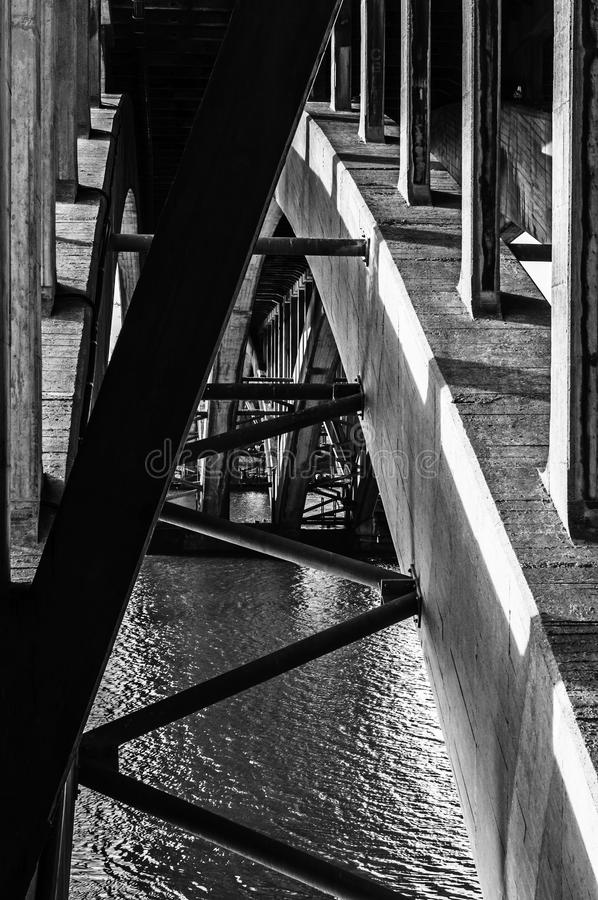 Bögen unter Brücke stockbilder