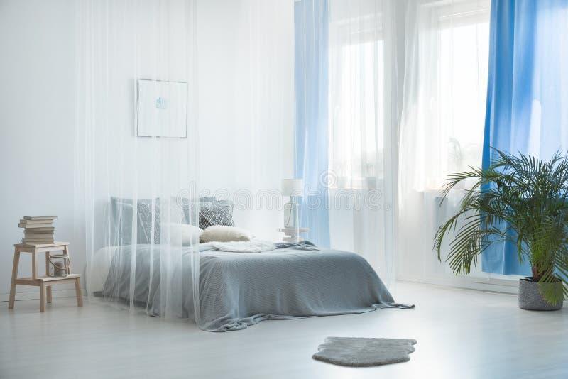 Böhmischer Dachboden mit Bettüberdachung lizenzfreie stockbilder