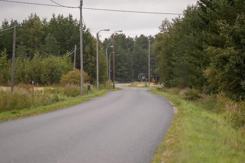 böjande landsväg arkivfoto