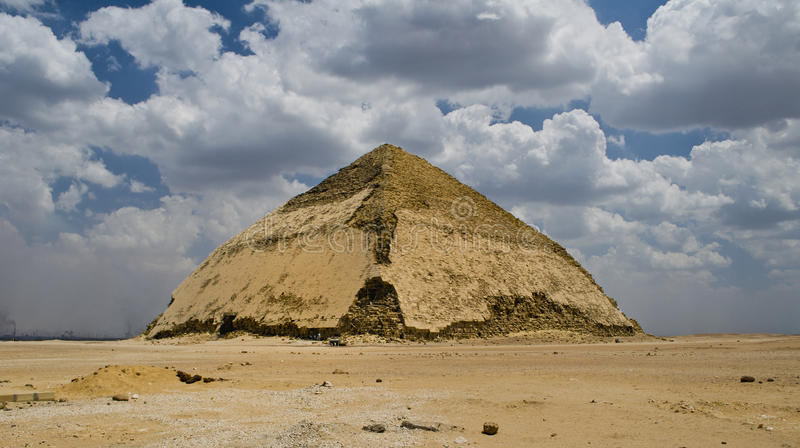 böjd pyramid arkivfoton