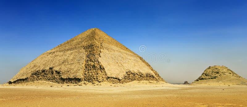 böjd pyramid arkivbild