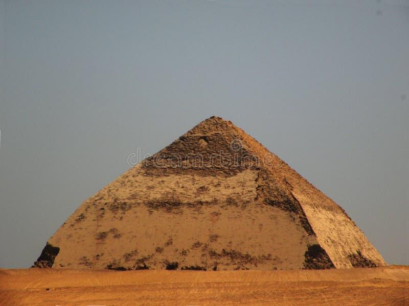 böjd pyramid royaltyfri bild