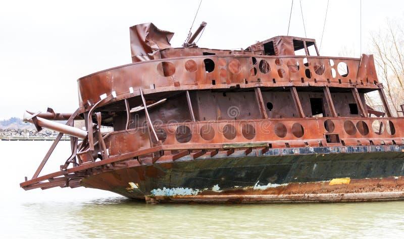Böjde bruten skeppsbrott marooned nära kusten, closeupdetalj royaltyfria bilder