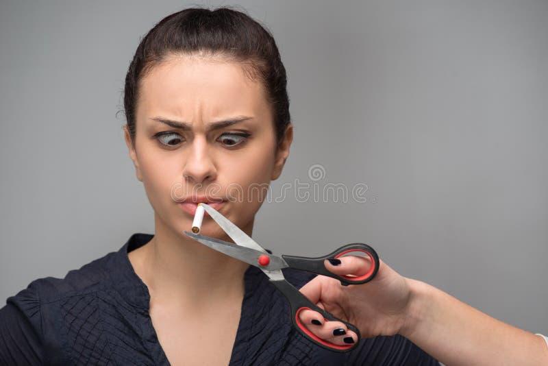böjelse Closeup av en hand med att klippa för sax royaltyfri fotografi