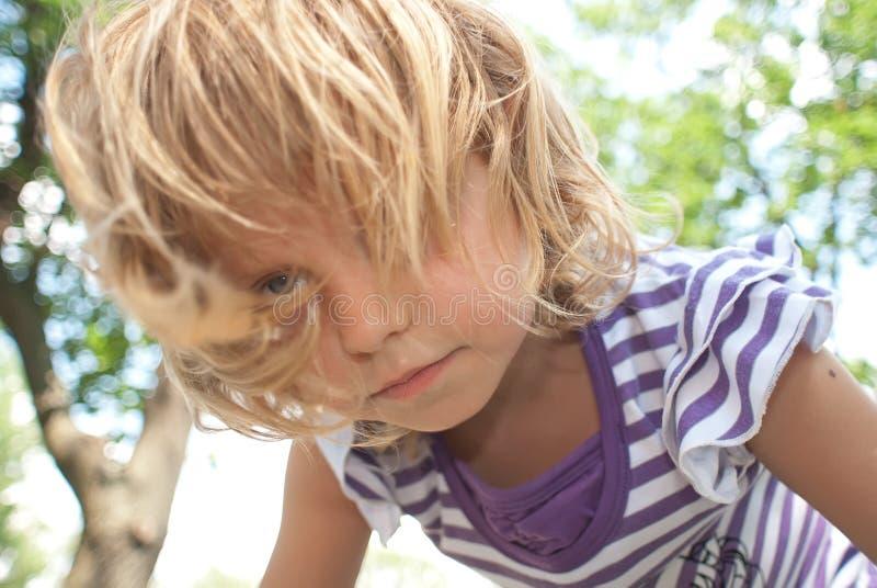böjer den små flickan arkivfoto