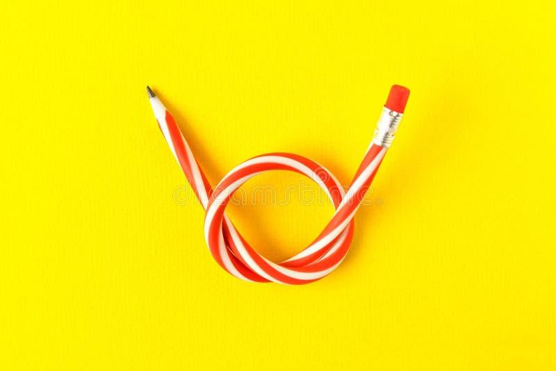 böjlig blyertspenna Isolerat på gul bakgrund Böjande blyertspenna arkivbild