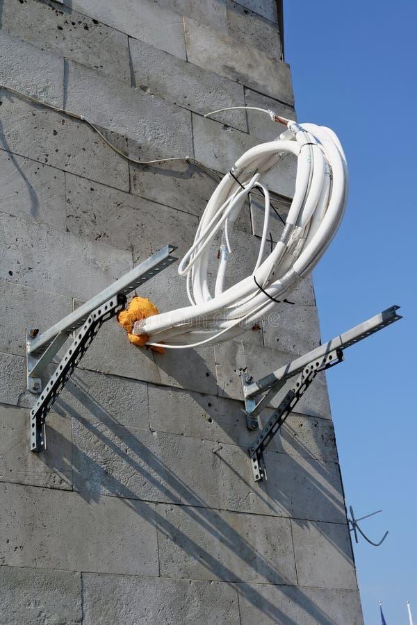 Böjliga rör med termisk isolering hänger på väggen av en ändring fotografering för bildbyråer