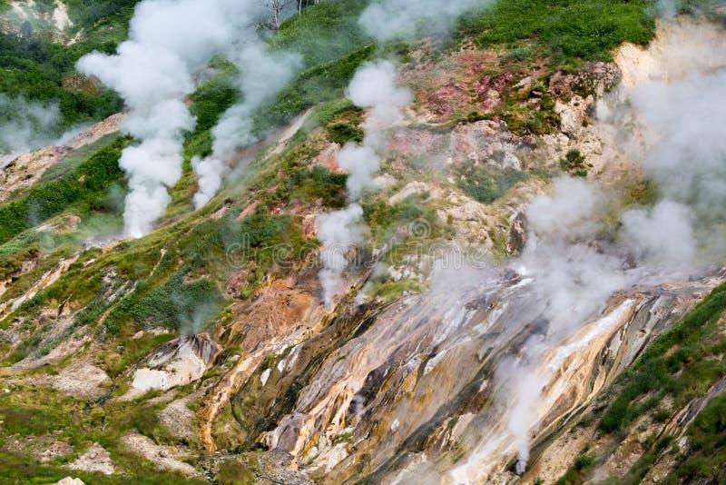 Bölja ånga i dalen av Geysers i Kamchatka arkivbilder