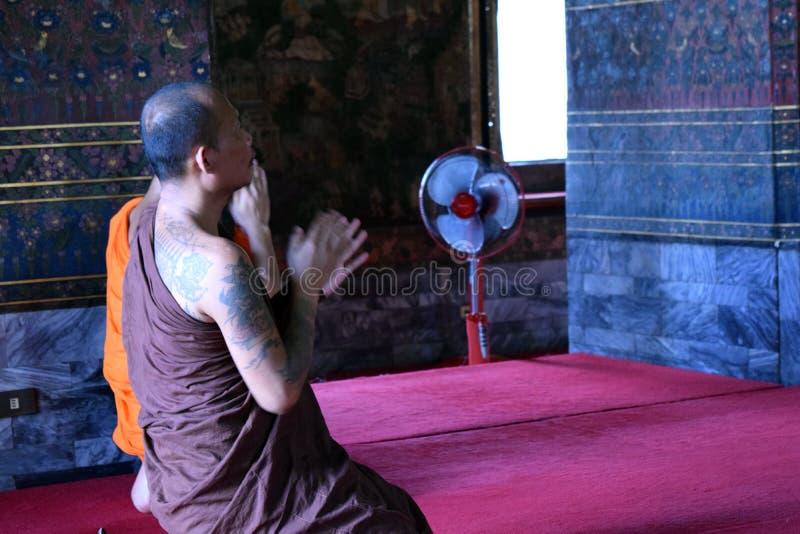Bön i buddistisk tempel arkivfoton