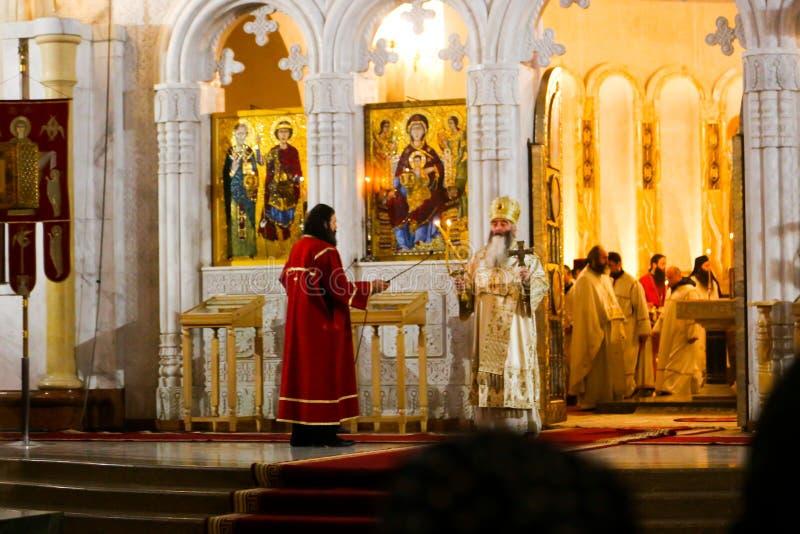 Bön i kyrkan royaltyfria bilder