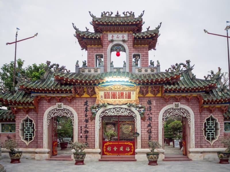 Bön inom en buddistisk Taoisttempel i Vietnam, Buddhastatydyrkan i en forntida tempel i Hoi An turiststad royaltyfria bilder
