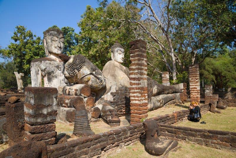 Bön på de forntida buddistiska statyerna Fördärvar den buddistiska templet av Wat Phra Kaeo royaltyfria bilder