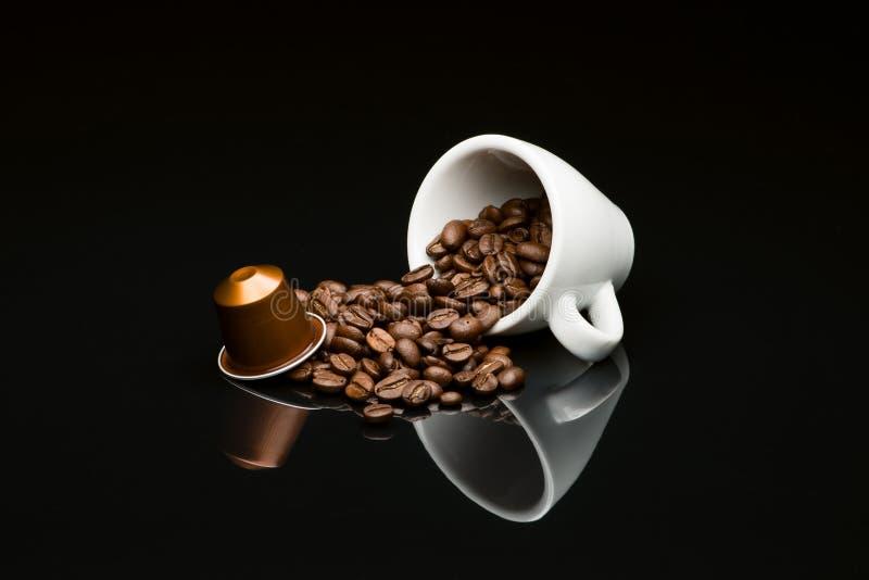 Bönas kaffekopp med kapseln fotografering för bildbyråer