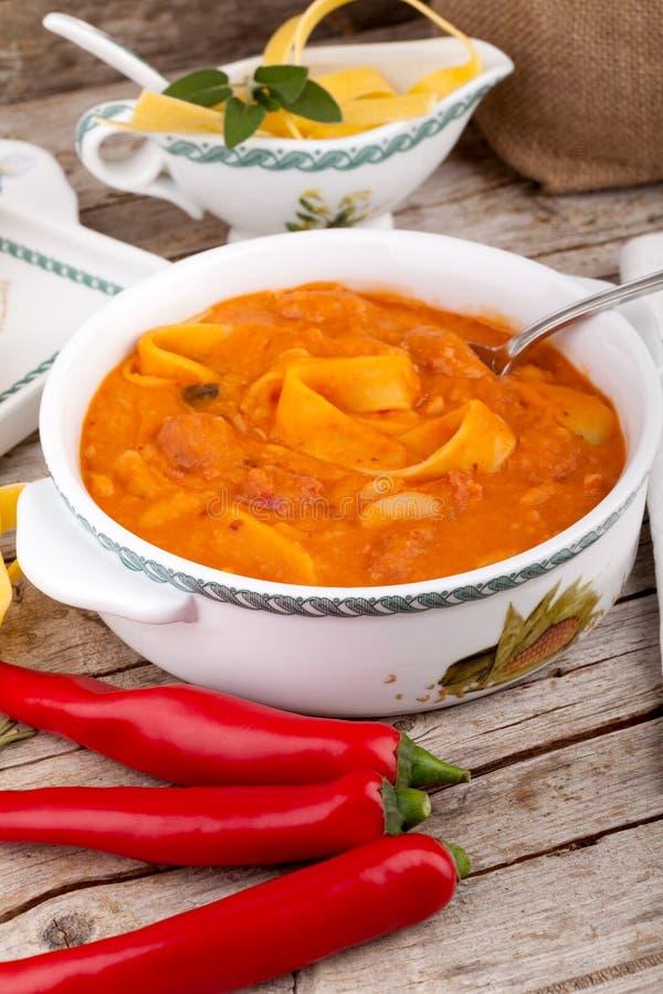 Bönasoppa med pasta royaltyfria foton