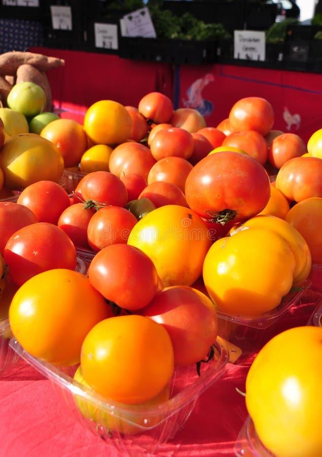 bönder market röd tomatyellow arkivfoto