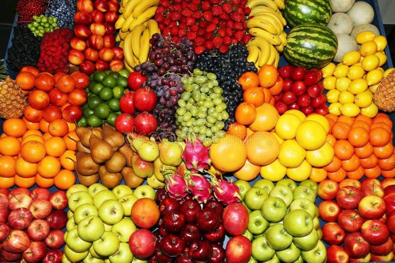 Bönder marknadsför med olika färgrika nya sunda frukter för sa arkivfoto