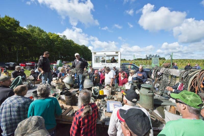 Bönder på auktion för Wisconsin mejerilantgård arkivbilder