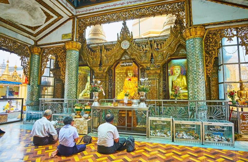 Bönen i bildhus av Sule Pagoda, Yangon, Myanmar fotografering för bildbyråer