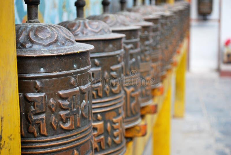 Bönen rullar in Nepalitemplet royaltyfria foton