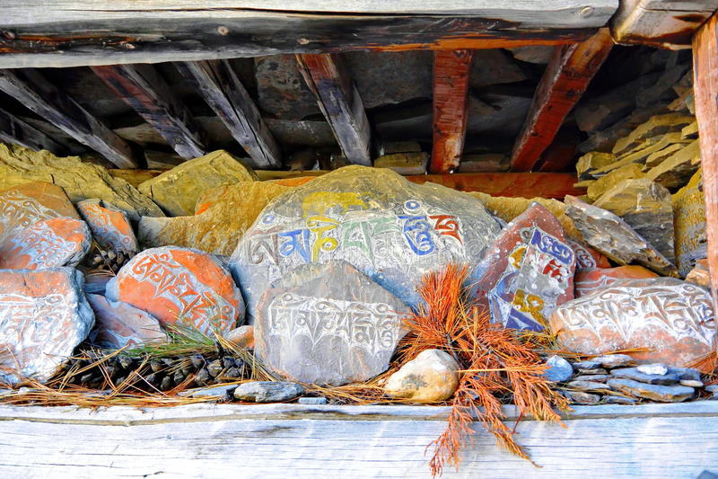bönen stenar tibetant royaltyfri bild