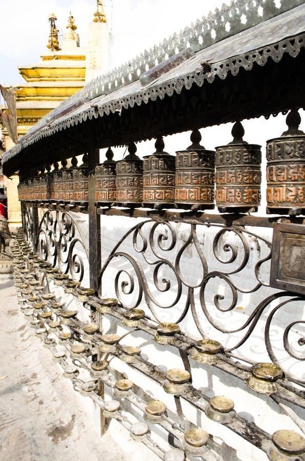 Bönen wheels in Swayambhunath, Nepal arkivbilder
